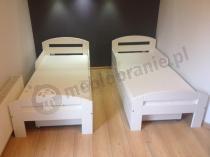 Łóżeczka dla dzieci w białym kolorze Tobi ustawione w niewielkim pokoju