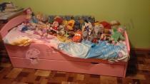 Łóżko dla dziecka używane w niewielkim pokoju - różowy kolor