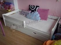 Łóżko dziecięce używane w dziewczęcym pokoju
