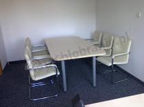 Mały stolik konferencyjny Samba dla 6 osób w rogu niewielkiej sali