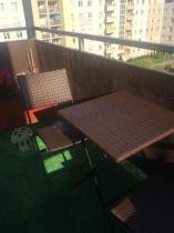 Meble balkonowe z technorattanu brązowe ukryte za osłoną
