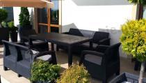 Meble ogrodowe Corfu z pasującymi doniczkami na dużym tarasie
