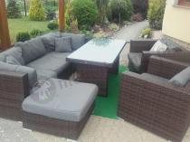 Meble ogrodowe technoratan używane w eleganckim ogrodzie