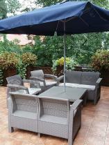 Meble ogrodowe z niskim stolikiem Corfu Fiesta Family pod parasolem