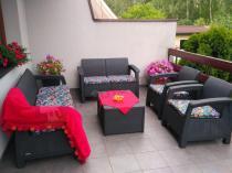 Meble tarasowe i balkonowe Corfu z kolorowymi poduszkami