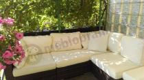 Meble technorattan do ogrodu brązowy z jasnymi poduszkami