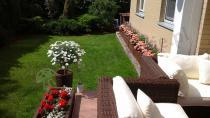 Meble technorattanowe ogrodowe używane w pięknym ogrodzie