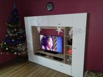 Meblościanka biała wysoki połysk Vigo w świątecznej aranżacji