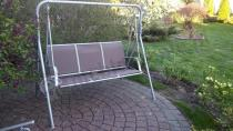 Metalowa huśtawka ogrodowa z wygodnymi siedziskami brązowa GGM
