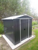 Metalowy domek na narzędzia z podwójnymi drzwiami i spiczastym dachem