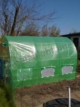 Namiot foliowy ogrodniczy metalowy na działce uprawnej