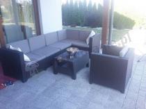 Narożnik ogrodowy Provence z fotelem na taras w letnie popołudnie