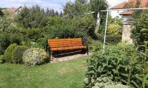 Nowoczesna ławka z oparciem na balkon