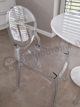 Nowoczesne krzesło transparentne wykonane z przezroczystego plastiku
