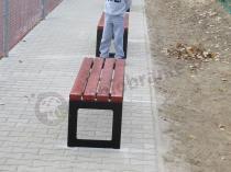 Nowoczesne ławki stalowe ustawione w pobliżu szkolnego boiska