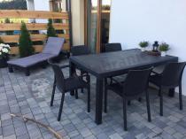 Ogrodowy zestaw mebli wypoczynkowych oraz obiadowych z doniczkami