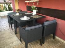 Ogrodowy zestaw z kwadratowym stołem i krzesłami chowanymi pod blat