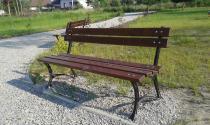 Parkowa ławka drewniana o długości 150cm  w żwirowym podłożu