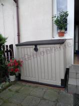 Plastikowa skrzynia do ogrodu używana przez klienta przed domem