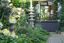 Plastikowa skrzynia ogrodowa o strukturze drewna