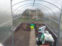 Przydomowa szklarnia ogrodowa z poliwęglanu do uprawy warzyw
