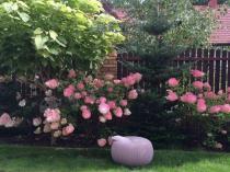 Pufa ogrodowa z tworzywa wyglądająca jak pleciona