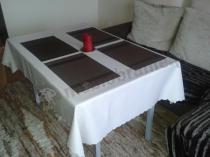 Składany stół bankietowy 120x80 w niewielkim salonie
