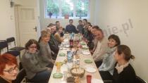 Składany stół konferencyjny 180x80 cm w kolorze klon używany na spotkaniu przez naszych klientów