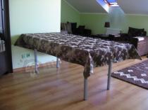Składany stolik o rozmiarze 180x90 cm na poddaszu