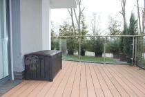 Skrzynia 390L w brązowym kolorze Keter na dużym balkonie