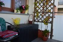 Skrzynia drewnopodobna tarasowa na niewielkim balkonie