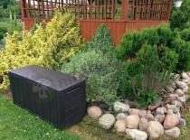 Skrzynia drewnopodobna w ogrodzie
