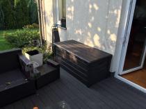 Skrzynia ławka ogrodowa na niewielkim tarasie