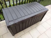 Skrzynia ogrodowa Keter Glenwood Box ustawiona na balkonie