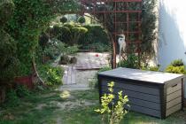 Skrzynia ogrodowa w ogrodzie w stylu japońskim