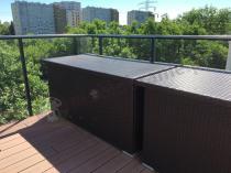Skrzynie z technorattanu na dużym balkonie