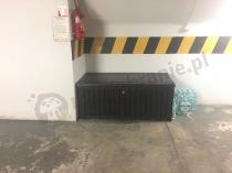 Skrzynka narzędziowa ogrodowa zamykana ustawiona w garażu