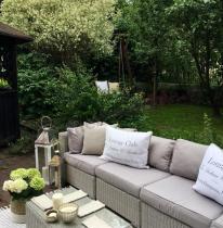 Sofa technorattan używana w pięknym ogrodzie