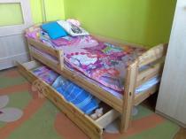 Sosnowe łóżeczko dla dziecka z szufladą i barierką Kobi