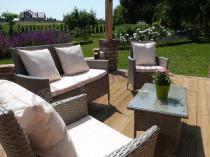 Stół i krzesła z technorattanu w uroczym ogrodzie