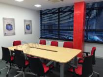 Stół na konferencje dla 10 osób Rumba w kolorze jasny buk z blatem o grubości 25mm