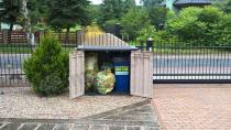 Szafa ogrodowa służąca jako schowek na śmieci