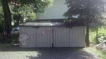 Szafy ogrodowe z tworzywa sztucznego ustawione w ogrodzie
