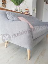 Szara sofa do salonu na drewnianych nóżkach Actona Elly