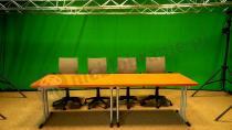 Szare fotele biurowe w komplecie ze stołami konferencyjnymi