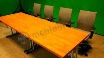 Szare krzesła biurowe ustawione przy stole konferencyjnym