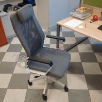 Szary fotel biurowy z zagłówkiem Fox
