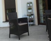Tani fotel do ogrodu z poduszką na siedzisko brązowy z wysokim oparciem