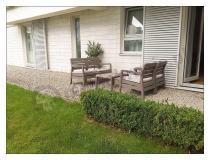 Tani, wygodny zestaw ogrodowy Delano Set ustawiony przy apartamentowcu