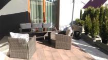 Technorattan meble tarasowe Stelvio Caffe oświetlone promieniami słońca